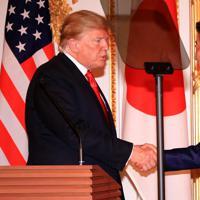 日米共同記者会見を終え、握手を交わすトランプ米大統領(左)と安倍晋三首相=東京・元赤坂の迎賓館で2019年5月27日午後3時43分、梅村直承撮影