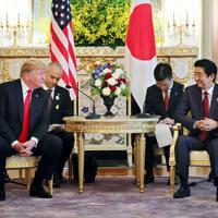 日米首脳会談に臨む安倍首相とトランプ米大統領=東京・元赤坂の迎賓館で2019年5月27日午前11時6分(代表撮影)