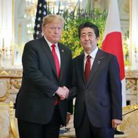 日米首脳会談の冒頭、握手する安倍首相とトランプ米大統領=東京・元赤坂の迎賓館で2019年5月27日午前11時4分(代表撮影)