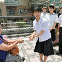 折り鶴アクセサリーの売上金を高校生1万人署名実行委に寄付した管田多津子さん(左)=長崎市で2019年5月26日、浅野翔太郎撮影