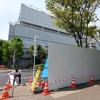 G20首脳会議の会場となるインテックス大阪(奥)の周辺を覆う作業が進められている=大阪市住之江区で2019年5月27日午前9時51分、小松雄介撮影