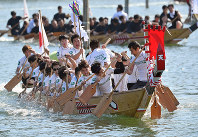 Rowers in a dragon boat race in Aioi Bay are seen paddling in Aioi, Hyogo Prefecture, on May 26, 2019. (Mainichi/Naohiro Yamada)