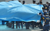Investigators are seen covering the drone that landed on the prime minister's office in a blue sheet, in Chiyoda Ward, Tokyo, on April 22, 2015. (Mainichi/Ryoichi Mochizuki)
