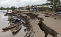 The banks of the Huallaga River are cracked after an earthquake in Puerto Santa Gema, on the outskirts of Yurimaguas, Peru, on May 26, 2019. (Guadalupe Pardo/Pool photo via AP)