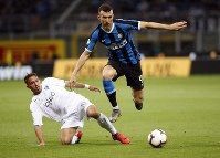 Empoli's Ismael Bennacer, left, challenges Inter Milan's Ivan Perisic during the Serie A soccer match between Inter Milan and Empoli, at the San Siro Stadium in Milan, Italy, on May 26, 2019. (AP Photo/Antonio Calanni)