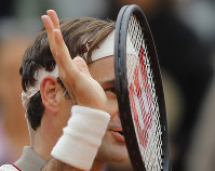 Switzerland's Roger Federer celebrates winning in three sets 6-2, 6-4, 6-4, against Italy's Lorenzo Sonego during their first round match of the French Open tennis tournament at the Roland Garros stadium in Paris, on May 26, 2019. (AP Photo/Michel Euler )