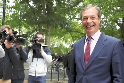欧州議会選でブレグジット党が大勝し、笑みを浮かべるファラージ党首=ロンドンで2019年5月27日、ロイター