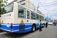 A school bus is left parked near the scene where adults and children were stabbed in Tama Ward, Kawasaki, Kanagawa Prefecture, on the morning of May 28, 2019. (Mainichi/Naotsune Umemura)
