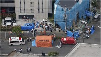 Emergency workers are seen at the site of a stabbing attack in Tama Ward, Kawasaki, Kanagawa Prefecture, on the morning of May 28, 2019. (Mainichi)