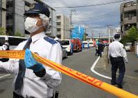 Police are seen near the site of a stabbing attack in Tama Ward, Kawasaki, Kanagawa Prefecture, on the morning of May 28, 2019. (Mainichi/Naotsune Umemura)