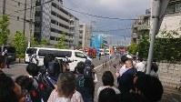 Reporters and passersby gather near the scene of a mass stabbing in Tama Ward, Kawasaki, Kanagawa Prefecture, on May 28, 2019. (Mainichi/ Shinya Oba)