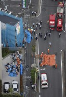 Emergency workers tend to the injured near the scene of a stabbing in Tama Ward, Kawasaki, Kanagawa Prefecture, on May 28, 2019, in this photo taken from a Mainichi Shimbun helicopter. (Mainichi)