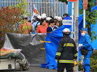 Firefighters and police officers are seen tending to the injured after a stabbing attack in Tama Ward, Kawasaki, Kanagawa Prefecture, on May 28, 2019. (Mainichi/Naotsune Umemura)
