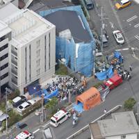 現場付近で行われる救助作業=川崎市多摩区で2019年5月28日午前8時38分、本社ヘリから