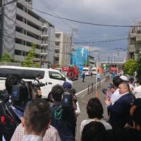 救急車や警察車両が駆けつけ、騒然とした川崎市多摩区の現場=2019年5月28日午前9時ごろ、大場伸也撮影