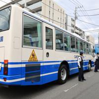 多数の子どもと大人が刺された現場近くに残された通学バス=川崎市多摩区で2019年5月28日午前9時33分、梅村直承撮影