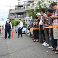 騒然とする多数の子どもと大人が刺された現場近く=川崎市多摩区で2019年5月28日午前9時26分、梅村直承撮影