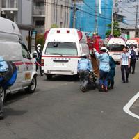 多数の子どもと大人が刺された現場から救急車へ運ばれる被害者=川崎市多摩区で2019年5月28日午前8時43分、新野信撮影