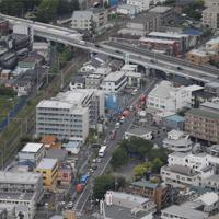 川崎市多摩区登戸の現場付近で行われる救助作業。下は登戸第1公園=2019年5月28日午前8時28分、本社ヘリから