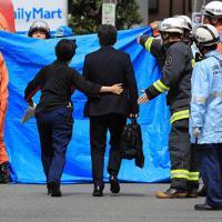 現場近くの救命テントに入る被害者の家族と見られる男性(中央)=川崎市多摩区で2019年5月28日午前9時20分、梅村直承撮影