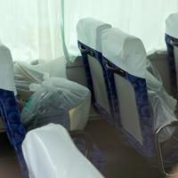 現場近くに停車したスクールバスの中には荷物が残されたいた=川崎市多摩区で2019年5月28日午前10時22分、梅村直承撮影