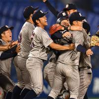 【JX-ENEOS(横浜市)-三菱日立パワーシステムズ(横浜市)】JX-ENEOSに逆転勝ちして西関東第1代表になり、抱き合って喜ぶ三菱日立の選手たち=横浜スタジアムで2019年5月28日、丸山博撮影