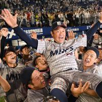 JX-ENEOSに逆転勝ちして西関東第1代表になり、後藤隆之監督を胴上げして喜ぶ三菱日立の選手たち=横浜スタジアムで2019年5月28日、丸山博撮影