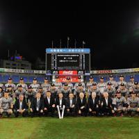 西関東第一代表になった三菱日立の選手と関係者=横浜スタジアムで2019年5月28日、吉田航太撮影