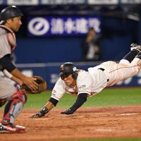 四回裏JX-ENEOS2死二、三塁、田中の中前2点適時打で二塁から岡部が生還=横浜スタジアムで2019年5月28日、丸山博撮影