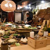 田舎家東店の店内の様子。カウンター席の前には新鮮な食材が並ぶ