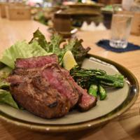 和牛のステーキ(ブロッコリーとニンジンを添えて)。通常は「牛串」で提供