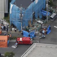 川崎市登戸の現場付近で行われる救助作業=2019年5月28日午前8時32分、本社ヘリから