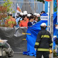 多数の子供と大人が刺された現場近くに集まる消防隊員や捜査員ら=川崎市多摩区で2019年5月28日午前9時47分、梅村直承撮影