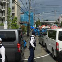 川崎市の事件現場付近で警戒する警察官=読者提供