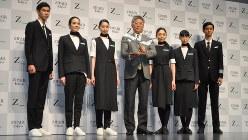 ZIPAIRの制服を発表する西田真吾社長(中央)。客室乗務員はスニーカーを履く=東京都渋谷区で2019年4月11日、中村宰和撮影