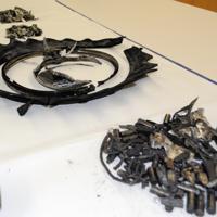 滑走路などに散乱した金属片やタイヤ片=成田空港で