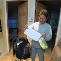 顧客の家にあわせて毎回さまざまな雑巾を用意するミラグロス=サンフランシスコで4月、石山絵歩撮影