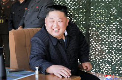 朝鮮人民軍前線・西部戦線防御部隊の火力攻撃訓練を指導する金正恩朝鮮労働党委員長=2019年5月9日、朝鮮中央通信・朝鮮通信