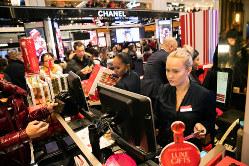 買い物客でにぎわう米国の年末商戦(Bloomberg)