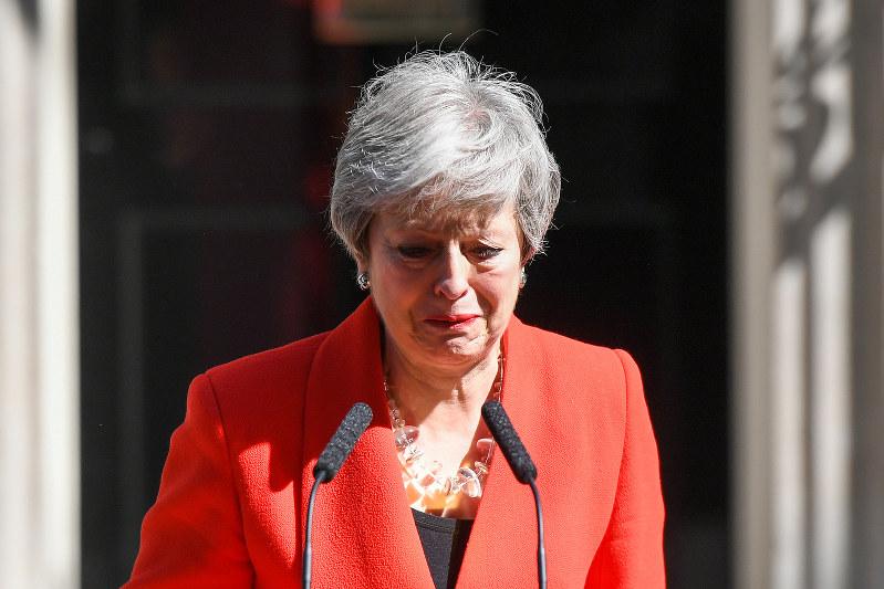 最後までEU離脱を巡る駆け引きに翻弄された。写真は5月24日、ダウニング街の首相官邸前で辞任表明するメイ英首相