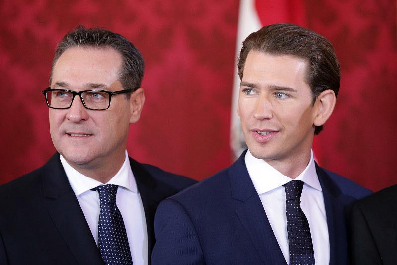 強い政権を目指したが失敗。写真は左からシュトラッへ氏とクルツ首相(Bloomberg)