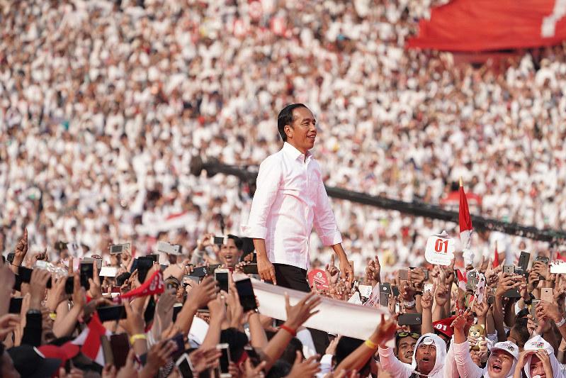 対立候補のプラボウォ・スビアント氏に10ポイントの差で勝利したジョコ大統領。写真は4月13日に開かれたジャカルタでの集会(Bloomberg)