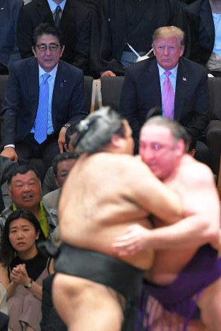 大相撲を観戦したトランプ米大統領(右)。好きなゴルフは楽しんだが……=東京都墨田区両国の国技館で5月26日