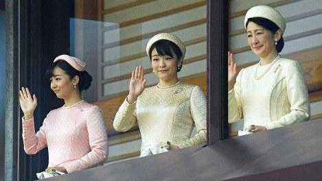天皇陛下の即位を祝う一般参賀に臨み、手を振られる秋篠宮妃紀子さまと秋篠宮家の長女眞子さま、次女佳子さま=皇居・宮殿で2019年5月4日、手塚耕一郎撮影