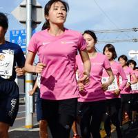 走りながら地域の見守り活動を行う「ランニングパトロール」の参加者ら=大阪府池田市で、安元久美子撮影