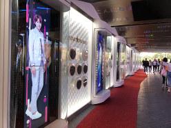 韓流スターの手形に誘われロッテ免税店に向かう観光客(筆者撮影)