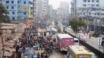 どこもかしこも渋滞のダッカ。混沌の国情を象徴する光景(写真は筆者撮影)