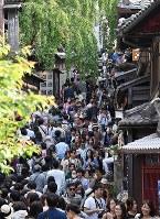Sanneizaka Street is seen crowded full of tourists in Kyoto's Higashiyama Ward on May 2, 2019. (Mainichi/Ai Kawahira)