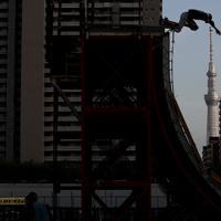 巨大なランプと呼ばれる競技台でスケートボードを楽しむ人。奥は東京スカイツリー=東京都足立区で2019年5月19日、佐々木順一撮影