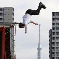 巨大なランプと呼ばれる競技台でインラインスケートを楽しむ人。奥は東京スカイツリー=東京都足立区で2019年5月19日、佐々木順一撮影
